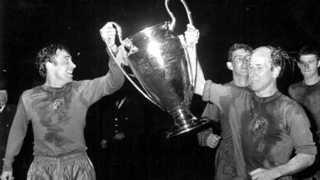 Legenda Manchester United, Bobby Charlton, mengarak trofi Liga Champions usai mengalahkan Benfica di final, 29 Mei 1968. - INDOSPORT