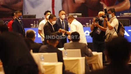 Ketum PSSI Mochammad Iriawan dan Menpora Zainudin Amali tiba di venue Kongres PSSI 2021 disambut Ketum Koni Kongres PSSI 2021 di Hotel Raffles, Jakarta, Sabtu (29/05/21).