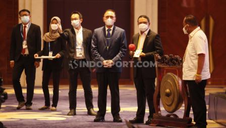 Prosesi pemukan gol penanda dibukanya acara Kongres PSSI yang dilakukan Menpora Zainudin Amali didampingi Ketum PSSI Mochamad Iriawan di Hotel Raffles, Jakarta, Sabtu (29/05/21).