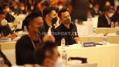 Indosport - Pemilik klub Rans Cilegon Raffi Ahmad didampingi Darius Shinatrya menghadiri acara Kongres PSSI 2021 di Hotel Raffles, Jakarta, Sabtu (25/05/21).
