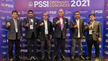 CEO PSMS Medan, Kodrat Shah (tiga kanan) bersama Sekertaris klub, Julius Raja (dua kiri), saat menghadiri Kongres Tahunan PSSI di Jakarta, Sabtu (29/5/21) - INDOSPORT