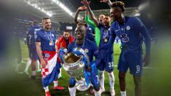 Indosport - N'Golo Kante Angkat Trofi Liga Champions.