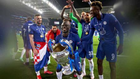 N'Golo Kante Angkat Trofi Liga Champions. - INDOSPORT