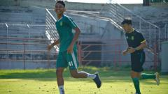 Indosport - Marselino Ferdinan jogging ditemani fisioterapi Persebaya Surabaya.
