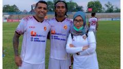 Indosport - Asisten Manajer Sriwijaya FC, Mayumi Itsuwa, bersama Beto dan Erwin musim lalu.