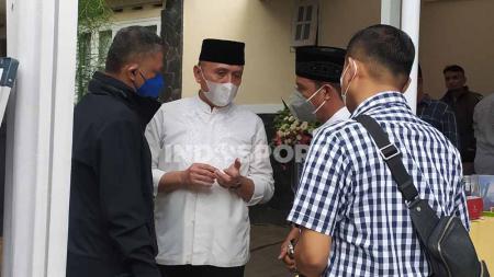 Ketua umum PSSI, Mochamad Iriawan (baju putih), mengaku ikhlas atas kepergian ibunda tercinta. - INDOSPORT