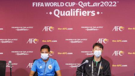 Jumpa pers Timnas Indonesia jelang lawan Thailand pada Kualifikasi Piala Dunia 2022 yang dihadiri pelatih Shin Tae-yong dan kapten tim Evan Dimas. - INDOSPORT