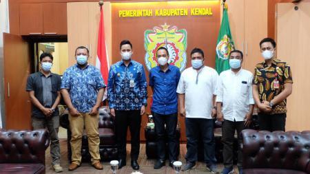 CEO PSIS Semarang, Yoyok Sukawi (tengah) saat menemui Bupati Kendal, Dico Ganinduto. - INDOSPORT