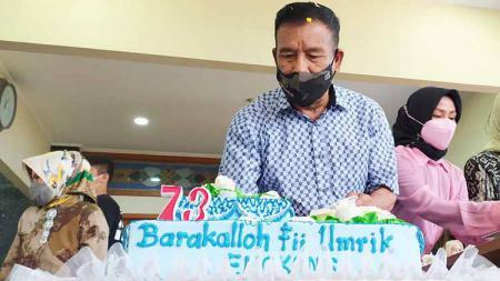 Komisaris PT PBB, Umuh Muchtar, merayakan ulang tahun ke-73 secara sederhana bersama keluarga. - INDOSPORT