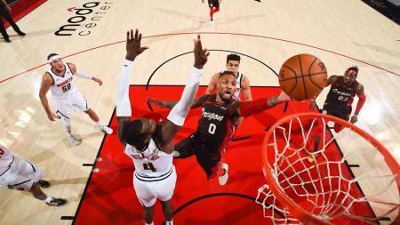 Pebasket Portland Trail Blazers, Damian Lillard memasukkan bola ke keranjang di pertandingan antara Denver Nuggets vs Portland Trail Blazer. - INDOSPORT