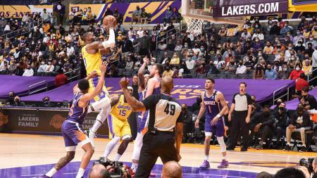 LeBron James (Los Angeles Lakers) menembakan bola ke kranjang Phoenix Suns pertandingan antara Phoenix Suns vs Los Angeles Lakers. - INDOSPORT