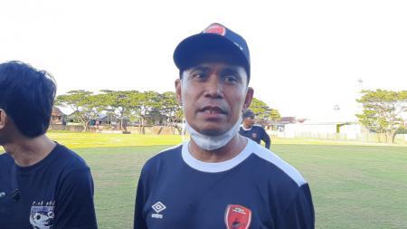 Pelatih PSM Makassar, Syamsudin Batola. - INDOSPORT