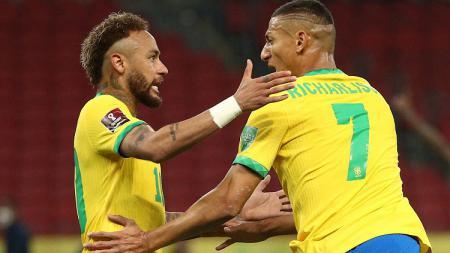 Neymar (kiri) dan Richarlison merayakan gol ke gawang Ekuador pada laga Kualifikasi Piala Dunia zona CONMEBOL, Sabtu (05/06/21). - INDOSPORT