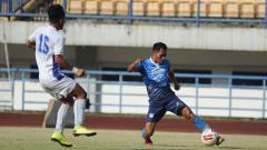 Indosport - Frets Butuan mencoba melewati lawan, saat Persib menggelar latih tanding di Stadion GBLA.