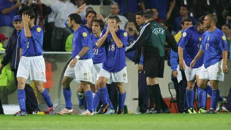 Timnas Italia terlihat sedih usai kalah di babak penyisihan EURO 2004. - INDOSPORT