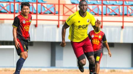 Striker naturalisasi Mamadou Hady Barry berhasil cetak dua gol untuk Muba Babel United pada laga uji coba melawan alumni Sekayu Youth Soccer Academy (SYSA) Sekayu, di stadion Serasan Sekate, Minggu (06/06/21). - INDOSPORT
