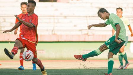 Pemain muda Persebaya, Akbar Firmansyah (kanan) saat mencetak gol ke gawang Persekat Tegal pada laga uji coba, (03/06/21) kemarin. - INDOSPORT
