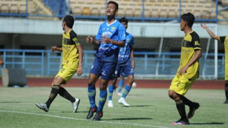 Pemain muda Persib, Ravil Shandyka (tengah) pada  uji coba melawan Karawang United di Stadion GBLA, Sabtu (05/06/21). - INDOSPORT