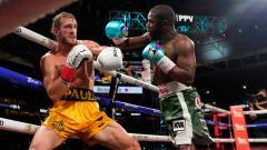 Indosport - Momen duel tinju Floyd Mayweather vs Logan Paul.