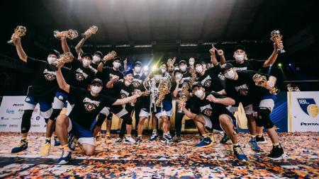 Para pemain Satria Muda merayakan gelar juara IBL Indonesia 2021. - INDOSPORT