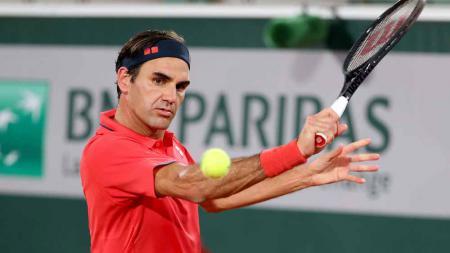 Petenis asal Swiss, Roger Federer akhirnya memutuskan mundur dari Prancis Terbuka 2021 setelah melewati pertarungan super menegangkan selama 3,5 jam menghadapi Dominik Koepfer. - INDOSPORT