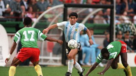 Aksi Diego Maradona dalam pertandingan pembuka Piala Dunia antara Argentina vs Kamerun, 8 Juni 1990. - INDOSPORT