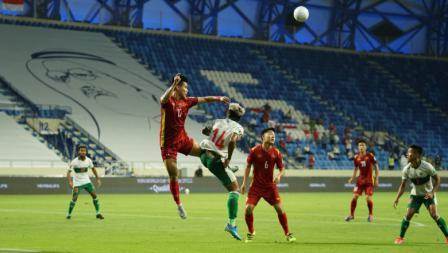 Duel udara anatara striker Timnas Indonesia, Kushedya Hari Yudo dengan bek Vietnam pada laga Kualifikasi Piala Dunia 2022 melawan Vietnam, Senin (07/06/21).
