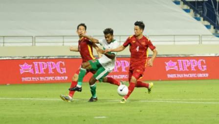 Pergerakan pemainTimnas Indonesia, Yakob Sayuri dikawal dua pemain Vietnam pada laga Kualifikasi Piala Dunia 2022 melawan Vietnam, Senin (07/06/21).