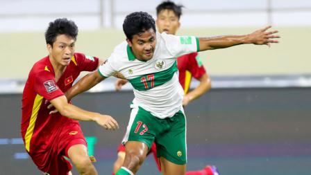 Bek kanan Timnas Indonesia, Asnawi Mangkualam saat berusaha melewati hadangan pemain Vietnam pada laga Kualifikasi Piala Dunia 2022 melawan Vietnam, Senin (07/06/21).