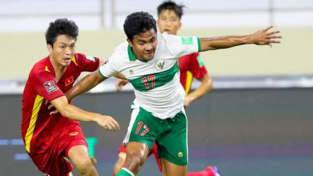 Bek kanan Timnas Indonesia, Asnawi Mangkualam saat berusaha melewati hadangan pemain Vietnam pada laga Kualifikasi Piala Dunia 2022 melawan Vietnam, Senin (07/06/21). - INDOSPORT