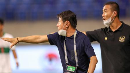 Pelatih Timnas Indonesia, Shin Tae-yong saat memberikan arahan kepada pemainnya pada laga Kualifikasi Piala Dunia 2022 melawan Vietnam, Senin (07/06/21).