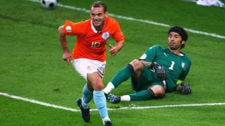 Gelandang Belanda, Wesley Sneijder, mencetak gol ke gawang Italia dalam pertandingan fase grup Piala Eropa, 9 Juni 2008 - INDOSPORT