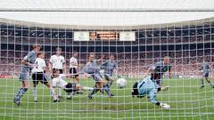 Indosport - Tidak cuma punya skuad mumpuni, Timnas Inggris di Euro 1996 seakan didukung oleh semesta karena 'sepak bola pulang ke rumah', sebelum akhirnya terkhianati