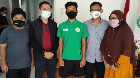 Pemain muda PS Palembang, Sultan Raya, bersama kedua orang tuanya. - INDOSPORT