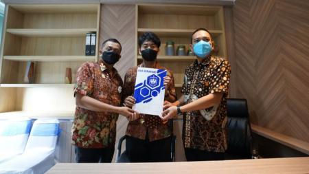 CEO PSIS, Yoyok Sukawi (kanan) bersama pemilik Wahyu Agung Grup, Junianto (kiri) dan putra kedua Junianto (tengah) usai melakukan penandatanganan terkait saham PSIS. - INDOSPORT
