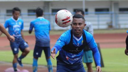 Bek sayap Persib Bandung, Ardi Idrus, saat berlatih beberapa waktu lalu. - INDOSPORT