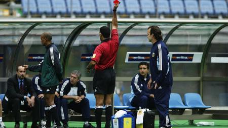 Pemain cadangan Argentina, Claudio Caniggia, menerima kartu merah dalam pertandingan Piala Dunia melawan Swedia, 12 Juni 2002. - INDOSPORT