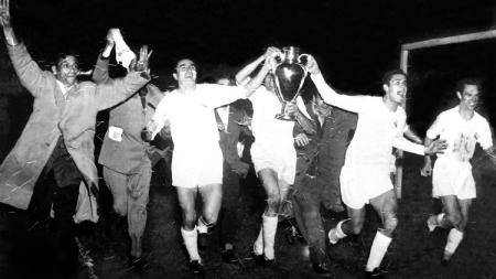 Ekspresi bahagia segenap elemen Real Madrid saat menjuarai Liga Champions edisi perdana usai mengalahkan Stade de Reims di final, 13 Juni 1956. - INDOSPORT