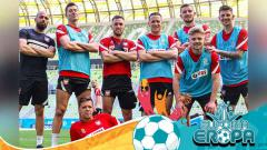 Indosport - Robert Lewandowski berpose dengan pemain timnas Polandia di sesi latihan jelang Euro 2020.