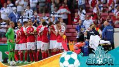 Indosport - Cristian Eriksen tengah mendapat perawatan usai kolaps dalam laga Denmark vs Finlandia.