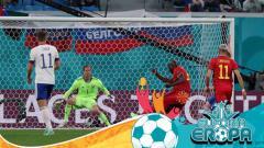 Indosport - Romelu Lukaku saat mencetak gol pertama Belgia atas Rusia dalam laga perdana Euro 2020.