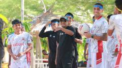 Indosport - Rahmad Darmawan saat membawa skuat Madura United mengunjungi kawasan wisata pantai di Gili Genting.