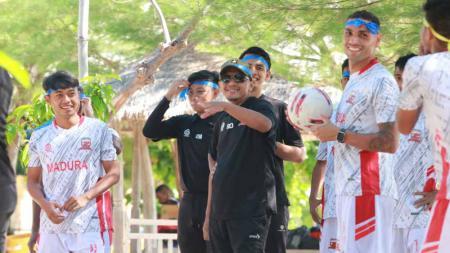 Rahmad Darmawan saat membawa skuat MU mengunjungi kawasan wisata pantai di Gili Genting. - INDOSPORT