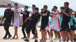 Rahmad Darmawan saat membawa skuat Madura United mengunjungi kawasan wisata pantai di Gili Genting.