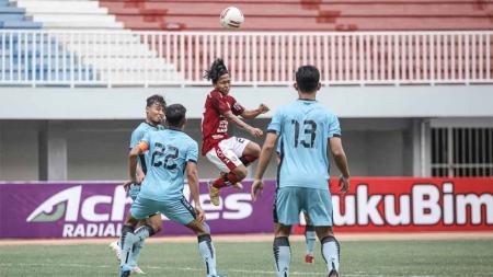 Duel winger Bali United, Fahmi Al Ayyubi dengan bek PSIM Jogja pada laga uji coba di Stadion Mandala Krida, Minggu (13/6/21). - INDOSPORT