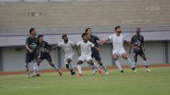 Indosport - Skuat Persipura Jayapura saat beruji coba melawan Persita Tangerang, Minggu (13/06/21).