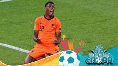 Indosport - Denzel Dumfries saat mencetak gol kemenangan Belanda atas Ukraina di Euro 2020.