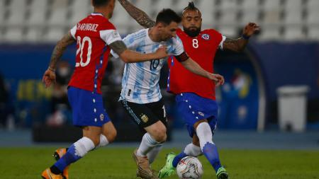 Lionel Messi berduel dengan Arturo Vidal di laga Copa America Argentina vs Chile. - INDOSPORT