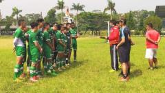 Indosport - Pemain PSKC mendapatkan pengarahan dari sang pelatih, Robby Darwis, di Lapangan Brigif, Kota Cimahi.