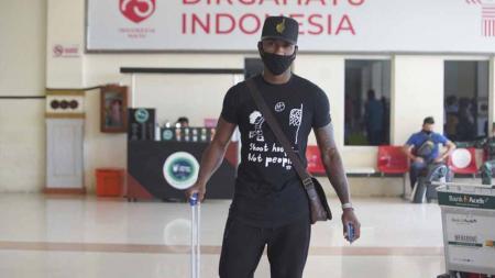 Pemain asing Persiraja terakhir, Paulo Henrique, saat tiba di Banda Aceh, Selasa (15/06/21) siang. - INDOSPORT